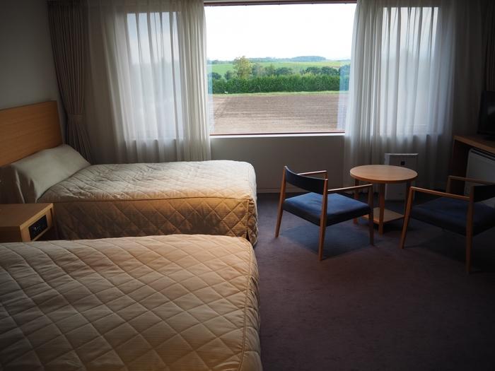 またこちらは宿泊施設もあり、シンプルながら心地よい部屋で滞在することができます。 周囲には小麦の丘が広がっており、その向こうに見える大雪山から十勝岳の連峰の雄大な光景。そして美味しい料理、こんな素敵な滞在ができたら、日ごろの疲れが一気にリフレッシュできそう。