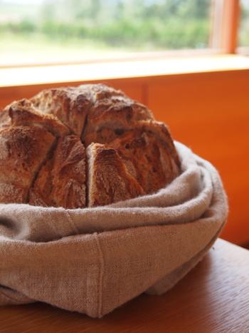 レストランで供される焼きたてのパンは冷めないように、温めた小豆の保温剤が一緒に入った袋に入れられて運ばれてくるので、美味しい食事とともに常にあたたかいパンをいただけます。