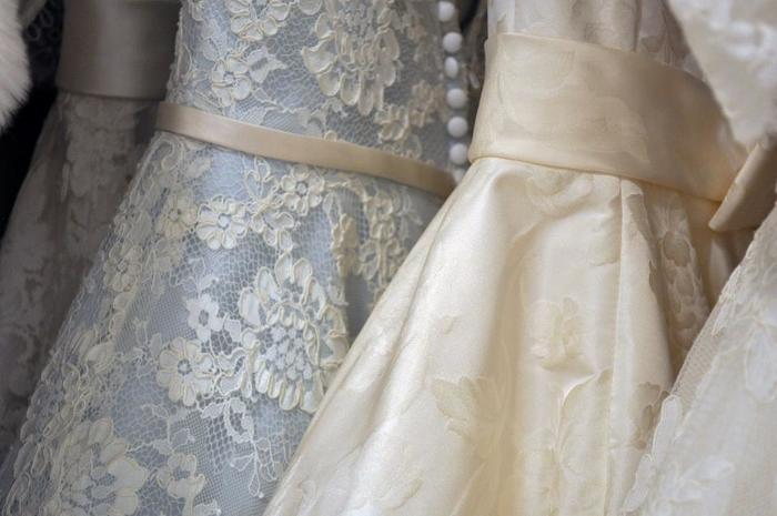 女性が、人生において一番輝くイベント…それは結婚式ではないでしょうか。 美しい新婦さんが纏う、ウエディングドレスにはレースがあしらわれてることが多いですよね。 女性の内なる美しさを表現してくれるレースアイテム。