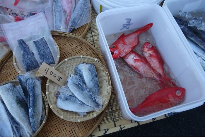 海がすぐそこの朝市の会場なので、その日の朝に水揚げされた新鮮な魚や干物が多く並んでいます。