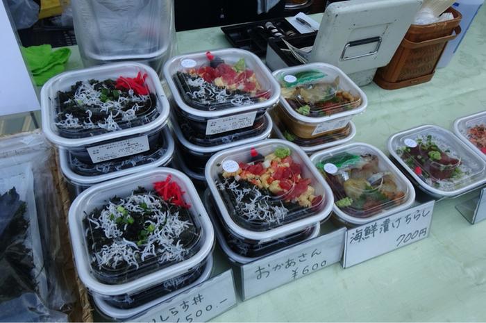漁港の朝市と言えばやっぱり海鮮丼!地元産のしらすの釜揚げが入った海鮮丼は、「葉山港湾食堂」の名物です。中でも、岩海苔としらすが入った海鮮丼が一番人気のオススメ商品!