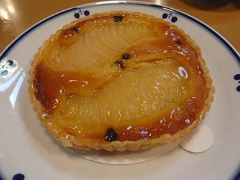 タルトは、洋ナシ、アップル、オレンジの全部で3種類あります。こちらは一番人気の洋ナシのタルト。スライスされた果肉がたっぷりと入り、上品な甘さと固めの生地がサクサクとした正に絶品のタルトです。