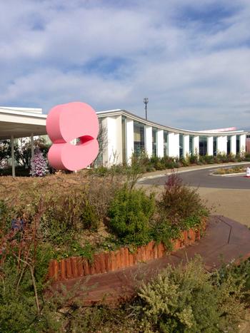 2つの円を重ねたというピンクのロゴが目印。建物にもピンク色があしらわれていて可愛らしい雰囲気となっています。