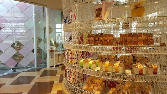 生菓子以外はオシャレなディスプレイにて販売。 左右のラックには、「うなぎパイ」をはじめとして春華堂の銘菓がずらりと並んでいます。
