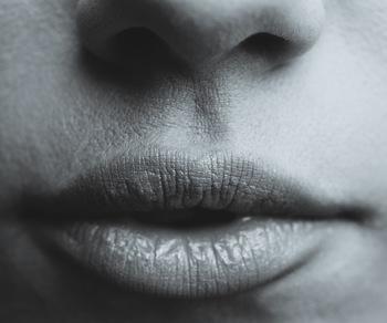 まずは口から長く息を吐き出しましょう。お腹が凹むほど、もう吐き出す息がないというところまで吐き出してみてください。
