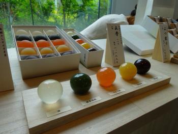素材を生かしたカラフルなお菓子は見ているだけで飽きません。 シンプル且つ上品な包装はお土産にも最適です。