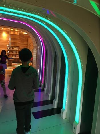 歩くと音が鳴る不思議な通路「ドレミガリバートンネル」 出口に向かうにつれて天井が低くなっています。