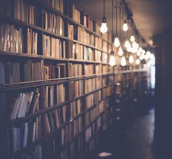 仕事に活かすため、自己啓発のためなど、本を読む理由は様々です。通勤途中など短い時間を有効に使うことができるのも読書のいいところですよね。