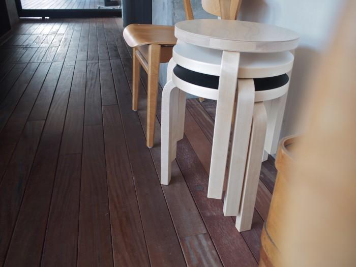 無垢材の家具は、きちんとメンテナンスをすることで何十年も使い続けることができます。木を削りだしているので、頑丈さもあります。