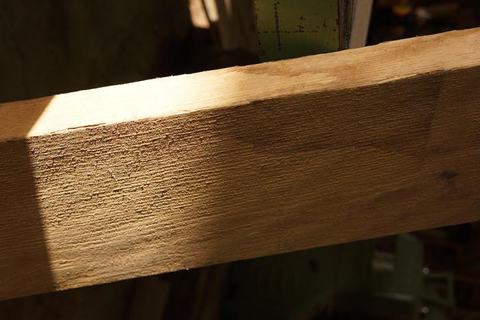 無垢材とは森で切った木そのものを使った板や柱のことです。もちろん、削ったり、製材したりして形を整えますが、まるごとの木を使っているのが無垢材なのです。