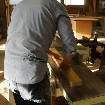 無垢材は木そのものなので、時間が経つと色合いや風合いが変化していきます。また、しっかりとした重厚感があるのも無垢材の特徴のひとつです。