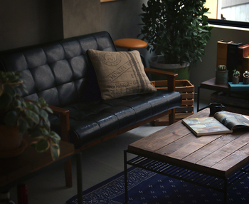 パイン無垢材にマット塗装のアイアンが組み合わされたクールな表情のローテーブル。落ち着きのある雰囲気で、おうちカフェも気分が上がりそうです。