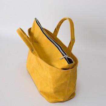 トートバッグと言うと、口が開きっぱなしな点に抵抗を感じる方も多いのでは?YOKO-NAGAは口全体にファスナーが付いていて、あれこれ詰め込みたい方には嬉しい仕様になっています! 色んなシーンのお供に連れていきたいバッグです。