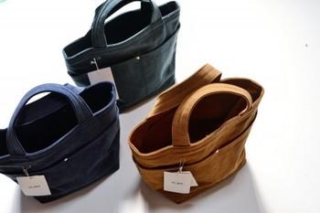 TEJIKAはご夫婦二人で作る手作りのバッグです。注文数が多くなるとオンラインショップでのオーダーがストップされることがありますので、その際は注文再開をお待ちくださいね!