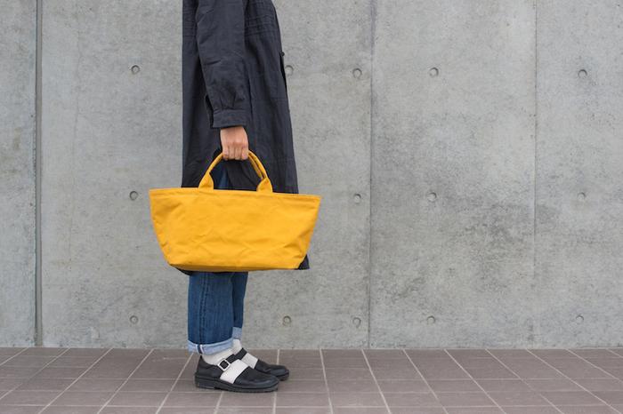 TEJIKAのスタート時から作り続けている、横長のトートバッグはミニマムながらもしっかりした形。長く愛用される方も多いベストセラー商品です。