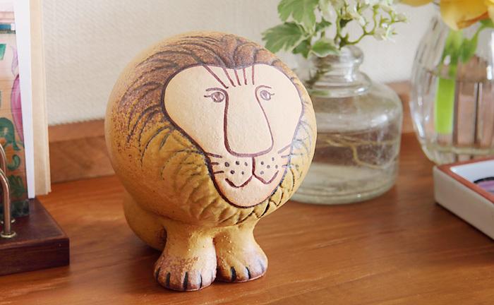 こちらもリサ・ラーソンの代表作「Lion(ライオン)」。1964年に発表されたAFRICAシリーズを復刻したものです。コロンとした丸いフォルムや、百獣の王らしからぬ愛らしい表情が魅力。