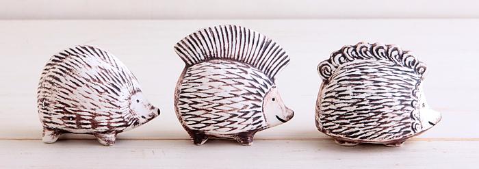 Hedgehog(ヘッジホッグ)シリーズのハリネズミの3兄弟、「IGGY(イギー)」「PUNKY(パンキー)」「PIGGY(ピギー)」。イギーは好奇心旺盛、パンキーはちょっとかっこつけ、ピギーはのんびり屋の女の子、と性格にも特徴が。パンキーがモヒカンなのは、リサの息子が若い時の髪型に由来しているのだそう。