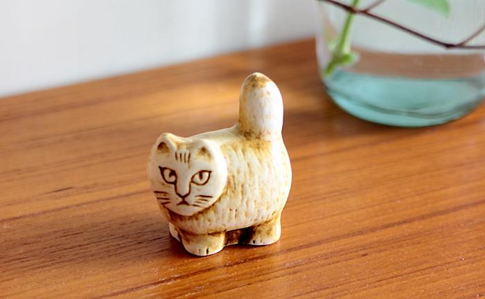 りりしい表情が印象的なmini zooシリーズの「Standing Cat」。ピンと立った太いしっぽやぼってりした体つきがチャーミング。