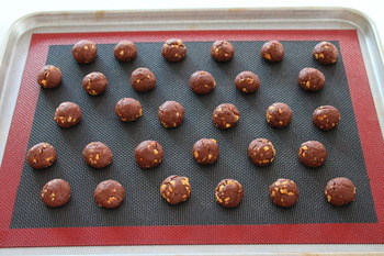 生地が作れたら、コロコロ丸めて焼くだけ。 クッキーの型が要らない、ラクちん成形。 170度のオーブンで12分ほど焼きます。