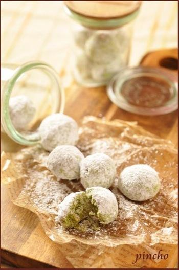 抹茶を生地に混ぜたスノーボールクッキーのアレンジ。中の緑色がきれいですね。
