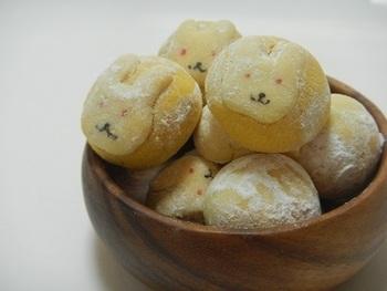 お団子の代わりに、お月見スノーボールはいかが? ウサギの顔が見えるお月さまは、隠し味にお醤油が入ってほんのり和風味です。