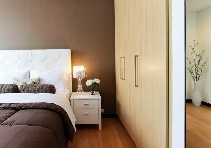 壁の色とリンクさせるのもおすすめ。黒だと強すぎる印象ですが、ブラウンやグレーなら取り入れやすいのでは? ホテルのような落ち着いた雰囲気にまとまります。