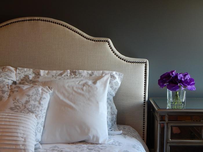 優しいベージュをプラスして、リラックスできるベッドルームに。クラシカルなヘッドボードも落ち着いた雰囲気を演出してくれます。