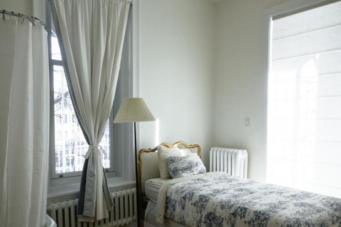 ホワイト×ペールブルーで、爽やかさと清潔さがミックスされたベッドルームに。