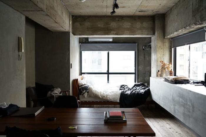 無機質な雰囲気がたまらない、クールなベッドまわり。ドライフラワーでほんのりガーリーも忘れずに。