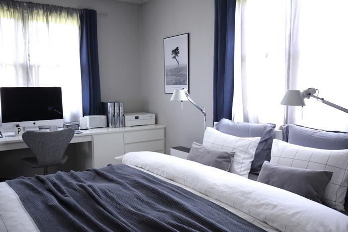 ネイビー×グレー×ホワイトのクールなベッドルーム。落ち着いてぐっすりよく眠れそうですね。