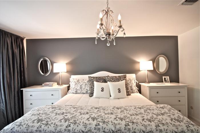 ダークグレーの壁、カーテンでぴりりと引き締めたガーリーなベッド回り。黒のクッションが大人っぽいですね。