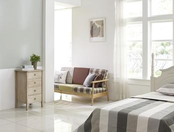 ソファ、ベッドカバー、絵画、壁の色を同じトーンに揃えているから、しっくりまとまっています。3色くらいに抑えるのがコツ!