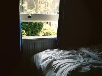 朝目覚めた時、視界に入るカラーがホワイトだったら、寝起きが爽やかになりそうですね。今日も一日頑張ろうと思える潔さがあります。