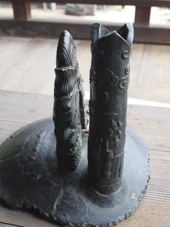 「龍頭」は、かつて「三室戸寺」の古い鐘に付属していたものです。  室町末期、寺の僧が、室町幕府最後の将軍・足利義昭に味方したことによって、伽藍が破壊され、梵鐘も没収となったことから「龍頭」の歴史が始まります。梵鐘は解体され、「龍頭」のみが切り取られて、戦国期の大名・増田長盛の床の置物となりました。  置物として飾った長盛は、その後すぐに病に伏せてしまい、病の原因を梵鐘を破壊した祟りと思い、寺へ「龍頭」を返還しようとしましたが、当山の僧に断られてしまいます。長盛は深く陳謝するとともに、病気平癒の祈願を願ったところ、病気はたちどころに治り、その後、毎年お供米百俵を送るようになりました。  この鐘が寺へ返還されたことから、「鐘の龍頭をなでると鐘(=金)が返る」と古くから伝えられています。