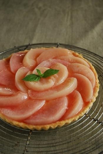 リンゴ以外のフルーツでも作れるバラのタルト。コンポートにした白桃を、カスタードクリームたっぷりのタルト台の上に乗せたら完成!コンポートを作る時に、シロップに桃の皮も入れて煮ることで、果肉もほんのりピンク色に!桃を綺麗に飾り付ければ、こちらもバラの花のように見えますね。柑橘系のフルーツや洋梨など、いろいろなフルーツで作ってみるのも楽しそう♪