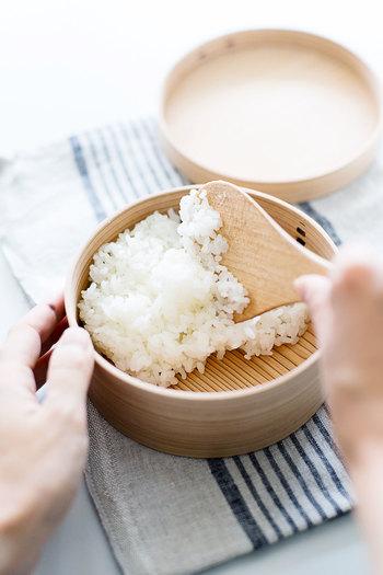 ご飯はお弁当箱の半分くらいで斜めに、すべり台のように詰める。ご飯とおかずの仕切りは、シソなどの葉っぱがおすすめですよ。