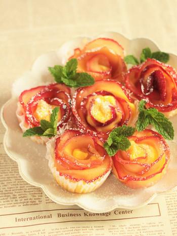 パイ生地で作る小さなアップルパイ。バラの花びらと、カスタードクリームも一緒に巻き込むので、どこを食べてもクリームがお口の中に…。一口サイズなので、食べやすく、パーティーなどにもおすすめです!