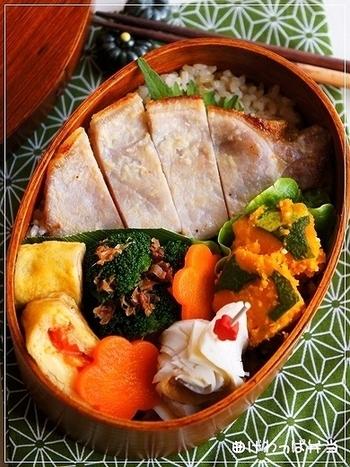 お肉に野菜に卵…彩りも綺麗でボリューム満点な曲げわっぱ弁当。毎日頑張るお父さんにもオススメです!