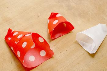ワックスペーパーを丸めて折って、こんな風にすると…