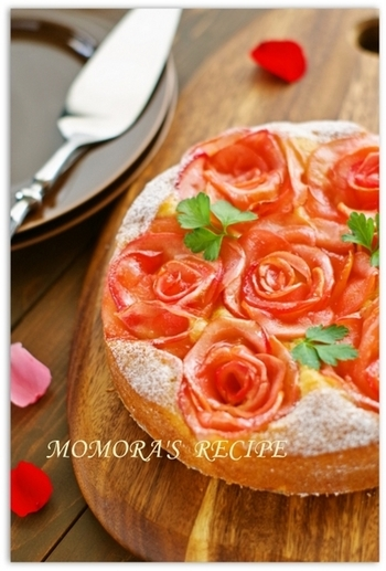 ホットケーキミックスを使ってつくるお手軽ケーキも、バラでデコレーションすれば、一気に華やかに♡ 仕上げにハーブを飾ると、バラがより一層映えますね。大切な人の記念日に…作ってみてはいかがでしょう。
