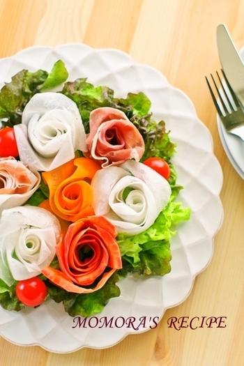 大根、ニンジン、生ハムをクルクルっと巻けば、バラの花の完成です。なんてことないサラダも、特別感いっぱいに!食卓がパッと華やぐ一皿は、パーティーなどのおもてなしシーンにもぴったりです。