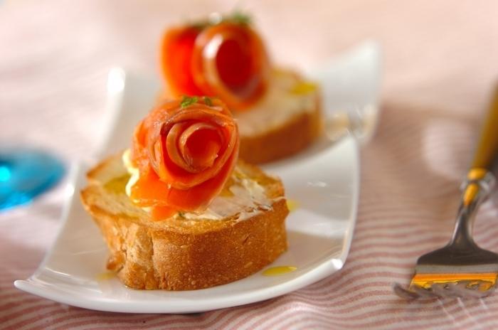 パーティーシーンを華やかに彩る、こんな素敵なオードブルはいかがでしょう。 カリカリに焼いた香ばしいフランスパンとクリームチーズ&サーモンの組み合わせが絶妙です。