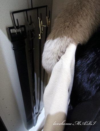 クローゼットの中のわかりやすい場所にベルトハンガーやフックを使って掛けておけば、探すこともなくなりますよ!