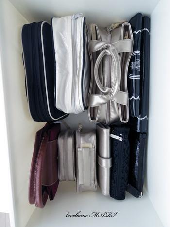 小さ目のバッグやポーチもボックスの中に立てて収納。一目でどこに何が入っているのか分かりやすいですね。