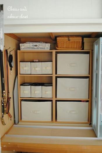 洋服は、ハンガーラックなどを利用して手前に収納します。押入れの場合、奥行きがあるので、奥にもカラーボックスなどを利用して棚を作り、小物を収納すると収納力がアップします。