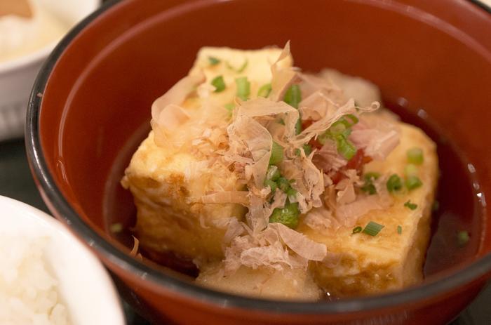こちらは、凍り豆腐の揚げ出し豆腐。 定番メニューからまさかのあんなメニューまで…凍り豆腐のアレンジは無限大! 栄養満点な凍り豆腐を上手に取り入れて、健やかな毎日を送ってくださいね♪