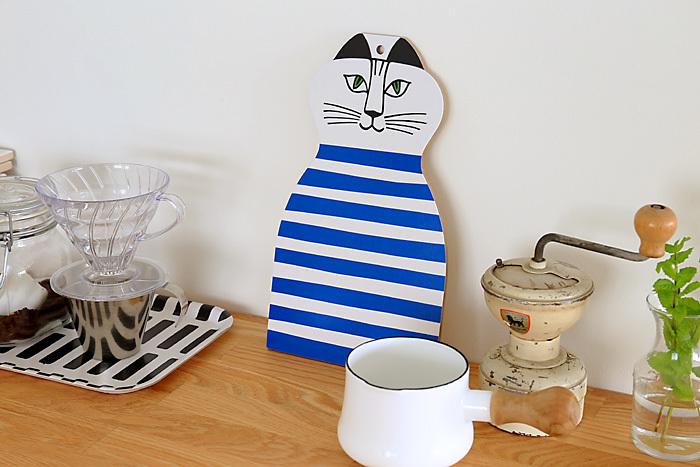 続いても「Lisa Larson(リサ・ラーソン)」から。 一瞬、「オブジェ?ポスター?」と戸惑ってしまうかもしれませんが、こちらはカッティングボードなんです。  リサラーソンのユニークなネコのデザインはファンも多いですよね。この可愛いネコがキッチンでも眺められたら、朝から楽しい気分になれそうです。