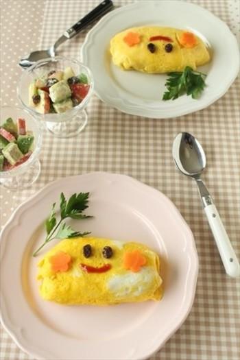 オムライスをいつものチキンライスからトマトご飯に変えるだけで、可愛くて新しいレシピに。