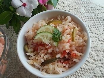 すだちの爽やかな香りがふんわり。洋と和が美味しくコラボしたトマト炊き込みご飯です。
