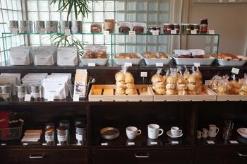 店内に入ってすぐ左側には、「スコーン」「クッキー」「パウンドケーキ」「マドレーヌ」などの焼き菓子や「ジャム」など、お土産にぴったりなお店の人気商品が並んでいます。どれもとっても美味しいのでおすすめです♡